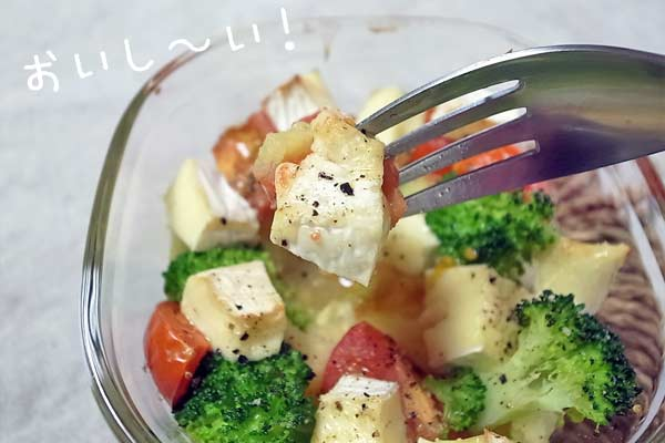 ブリーチーズをフォークでさして食べる写真