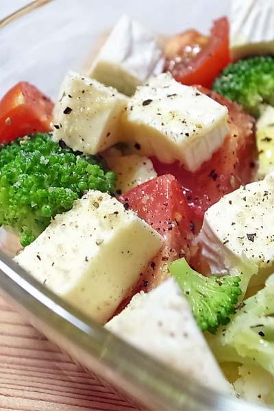 業務スーパーのブリーチーズを使ったサラダ
