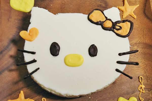 レアチーズで作ったキティちゃんケーキ