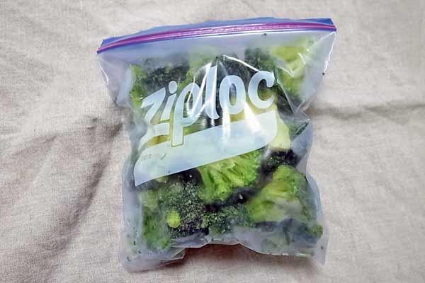 冷凍保存用の袋に入れたブロッコリー