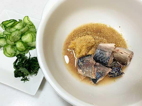 1.きゅうりは輪切りで塩もみ、大葉は千切りにしておきます。ボウルに鯖缶、味噌、しょうがすりおろし、すりごま、白だしを入れて、鯖をほぐすように混ぜます。