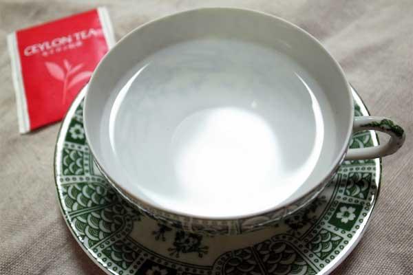 お湯が入ったティーカップ