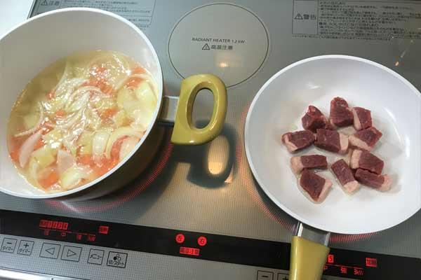 具材を煮込みながら、牛肉を炒める
