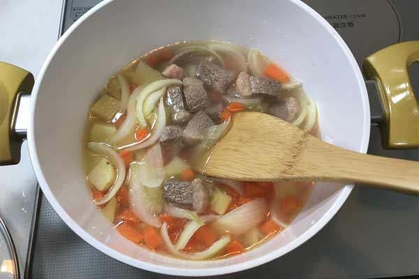 お肉と野菜を一緒に煮込む
