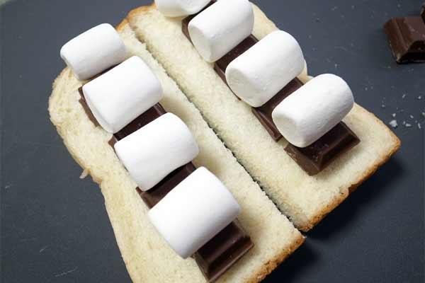 食パンにチョコを乗せ、更にその上にマシュマロを置く