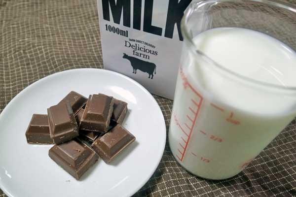 業務スーパーのチョコレートと牛乳