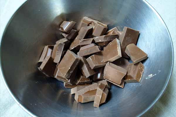 小さくカットしたチョコをボウルに入れる