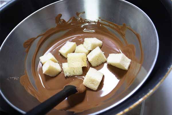 溶かしたチョコにパンを加える
