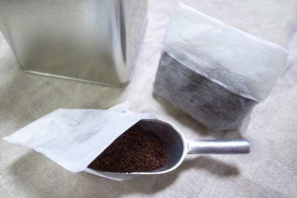 お茶袋に入れた古くなったコーヒーの粉