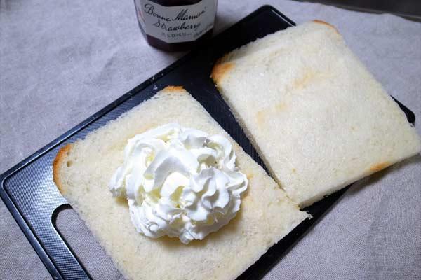 パンの上に乗ったホイップクリーム