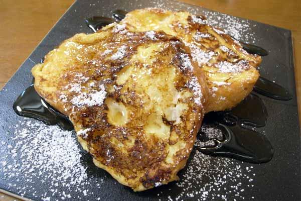 粉糖とメープルシロップをかけたゴージャスなフレンチトースト