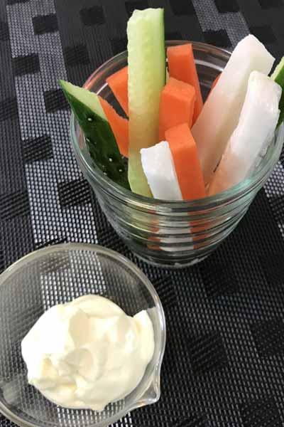 野菜スティックと業務スーパーの欧風マヨネーズ