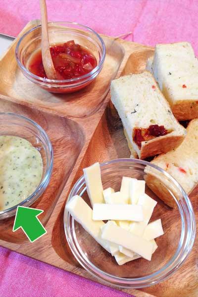 バジルマヨソースとパンとチーズとケチャップ
