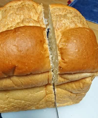業務スーパー天然酵母パンをブレッドナイフでカット