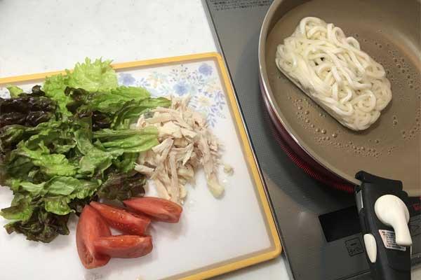 うどんを茹でながら、レタスとトマトとサラダチキンを用意