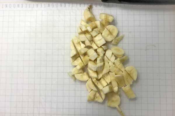 小さくカットされたバナナ