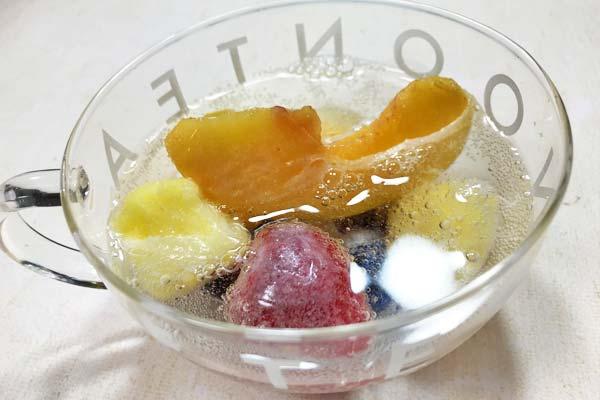 業務スーパーの冷凍フルーツと炭酸水で美味しそうなフレーバーソーダ