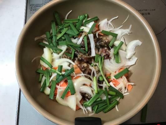 フライパンにプルコギと野菜を入れ炒める