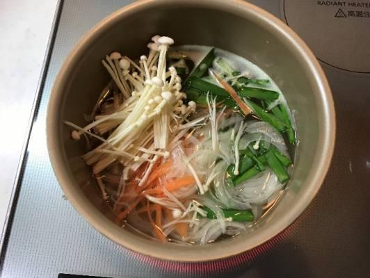 鶏ガラスープの入った鍋に野菜を入れる