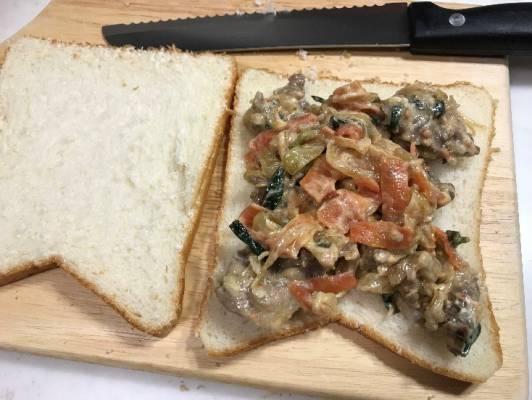マヨネーズで和えたプルコギをパンで挟む