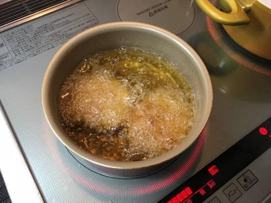 コロッケを油で揚げる