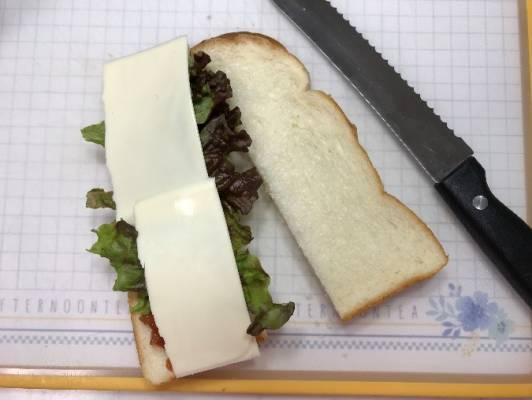 レタスとスライスチーズをのせた食パン