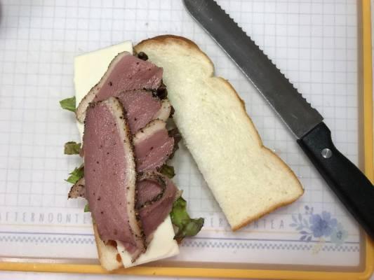 業務スーパーの合鴨パストラミをのせた食パン