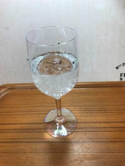 ワイングラスに注がれた業務スーパーの炭酸水