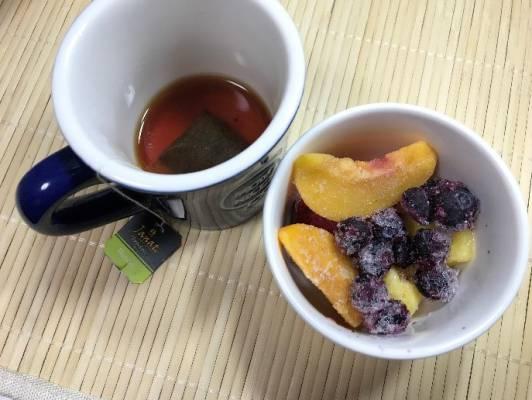濃いめに作った紅茶と冷凍フルーツ