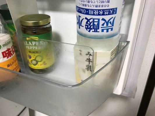 逆さまにした炭酸水を牛乳パックで固定
