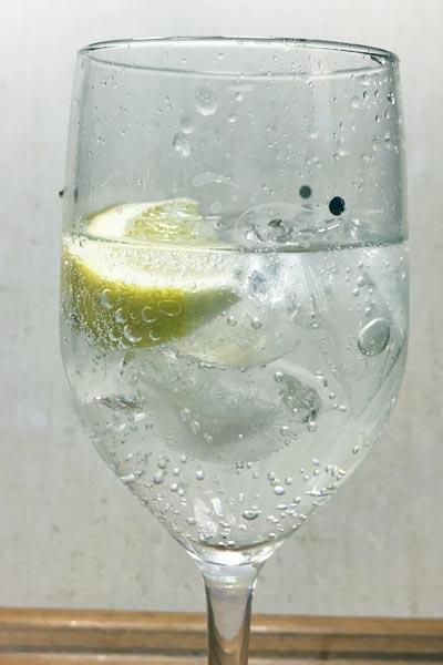 レモンを入れた業務スーパー炭酸水
