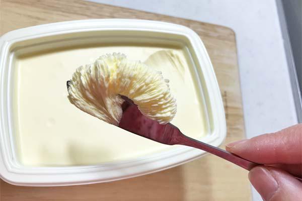 マーガリンをバターナイフに少量とったところ