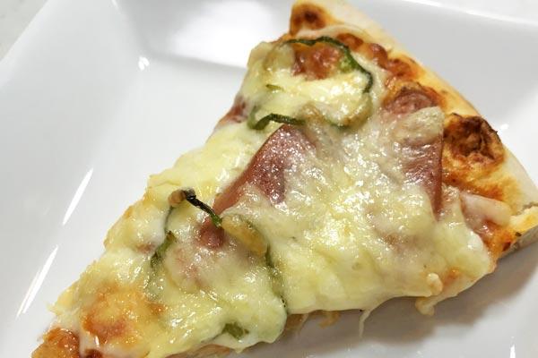 焼きあがった業務スーパーの美味しそうなピザ