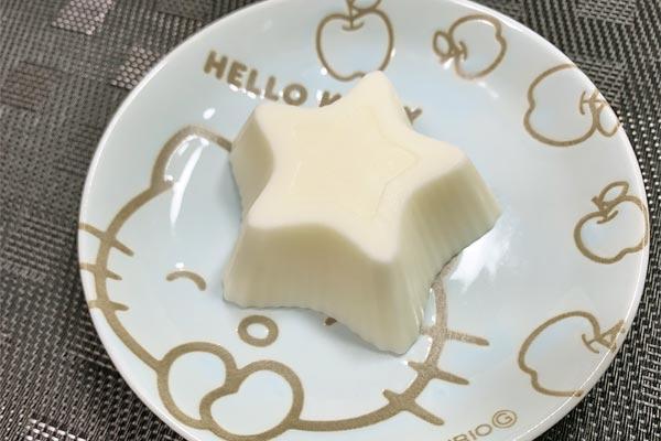 凍らせてカップから取り出したレアチーズ