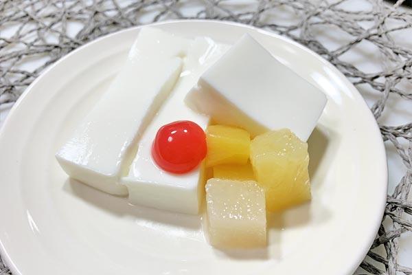 缶詰のフルーツを添えたレアチーズ