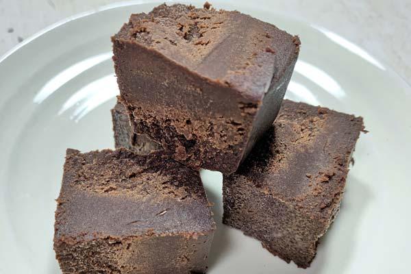 一口サイズに切ったリッチショコラケーキ