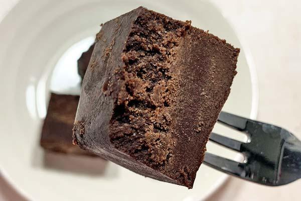 フォークでリッチショコラケーキを持ち上げている