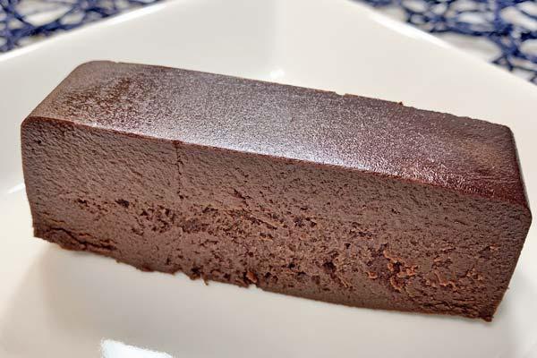 解凍してから切ったリッチショコラケーキ