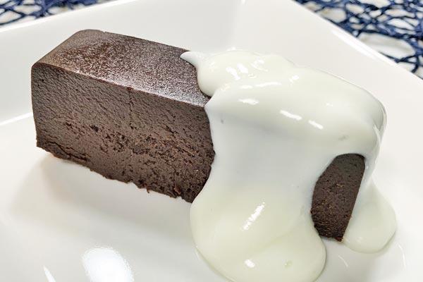 業務スーパーリッチショコラケーキのヨーグルトがけ