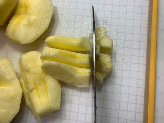 アップルパイ用のリンゴを小さくカット