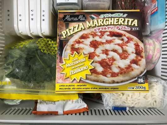 大きすぎて冷蔵庫に収まりきらない業務スーパーのピザ