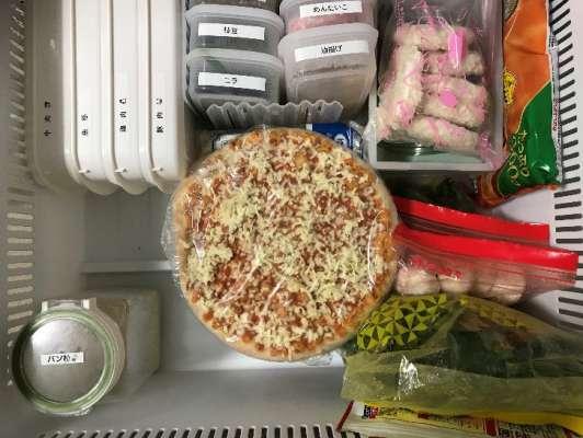 業務スーパーのピザを箱から出して冷凍庫に入れたところ