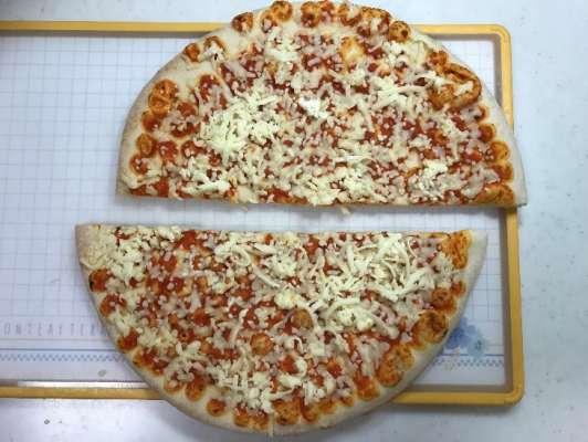 半分に切った業務スーパーのピザマルゲリータ