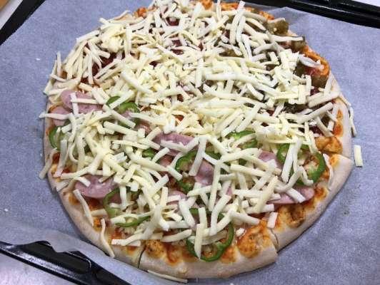 ピザ用チーズをトッピングしたピザマルゲリータ