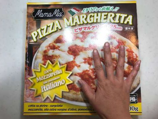 業務スーパーのピザマルゲリータを女性の手と比較