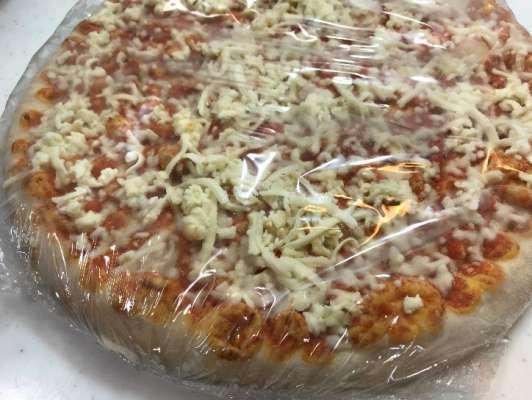 箱から出した状態のピザマルゲリータ