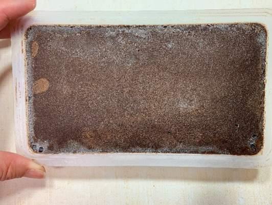 リッチショコラケーキのフタをはがしたところ