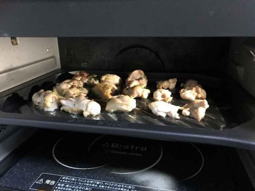 業務スーパーの塩だれにつけこんだ鶏肉をオーブンで焼く