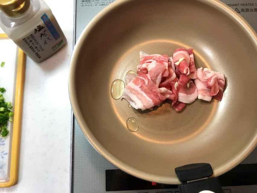 フライパンで豚肉を炒める