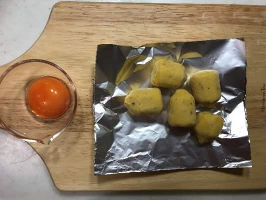 卵黄とアルミホイルに並べたスイートポテト